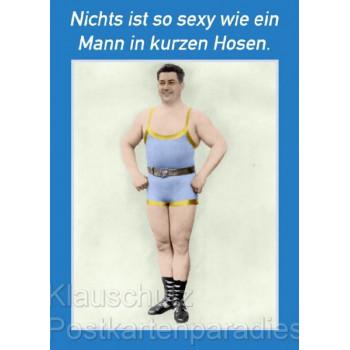 Lustige Postkarte: Nichts ist so sexy wie ein Mann in kurzen Hosen.