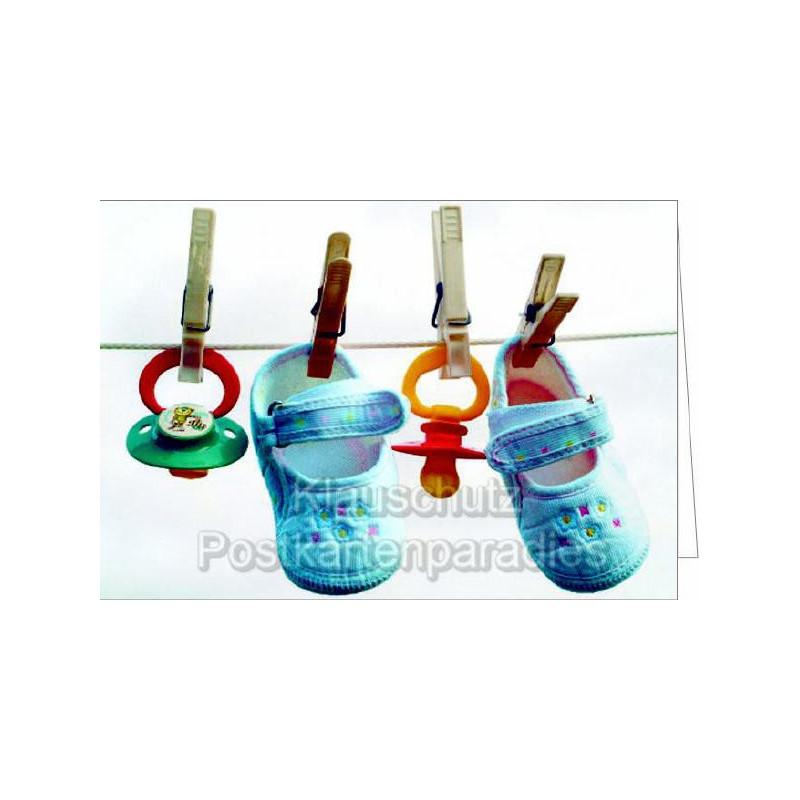Glückwunschkarte Geburt - Blaue Babyschuhe und Schnuller auf der Leine.