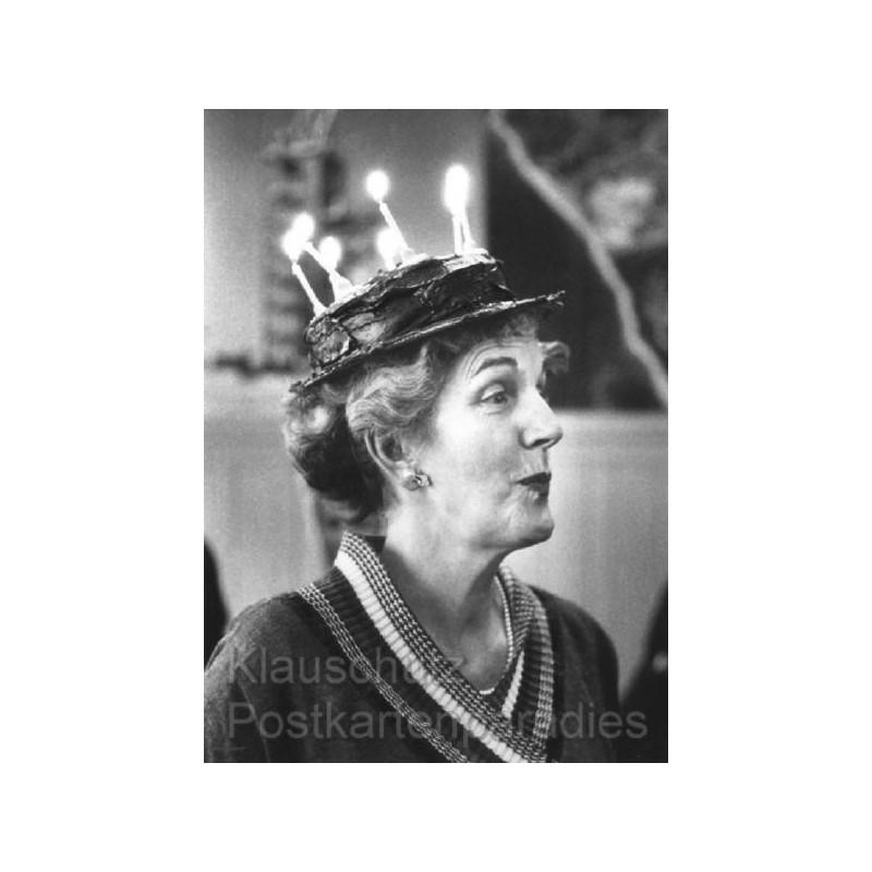 Lustige Geburtstagskarte Lichtgestalt - Frau mit Geburtstagstorte auf dem Kopf