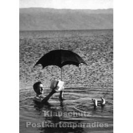Foto Postkarte | Lesender Mann im Wasser