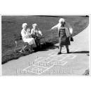 Postkarte s/w   Alte Frauen machen Hüppekästchen