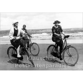 Frauen Fahrrad Strand | Foto Postkarte s/w