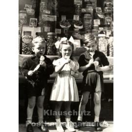 Postkarte: Kinder vor dem Süßigkeitenladen