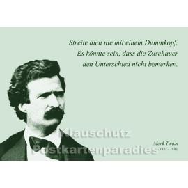 Streite dich nie mit einem Dummkopf. | Mark Twain Zitat Postkarte vom Postkartenparadies