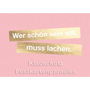 Goldfarbene Sprüche Postkarte von Cityproducts: Wer schön sein will, muss lachen.