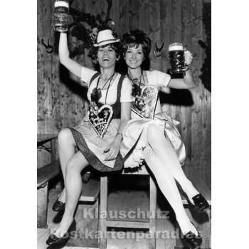 Frauen mit Bierkrügen - lustige s/w Postkarte von Discordia