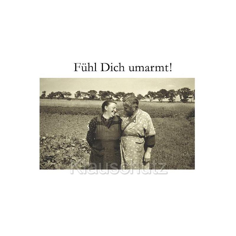 Fühl dich umarmt! - Schöne Sprüche Postkarte mit zwei älteren Frauen