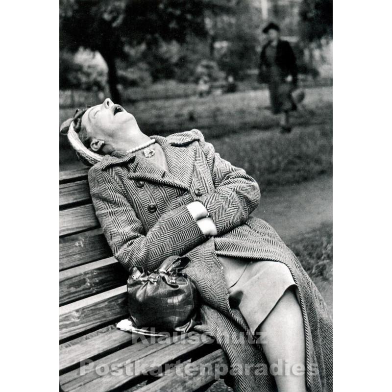 Lustige Discordia Fotokarte  - Frau macht Nickerchen auf Parkbank