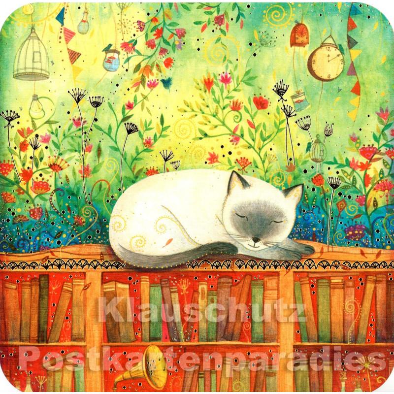 Katze träumt im Bücherregal - Quadrakarte mit partieller goldfarbener Lackierung