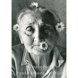 Flower Power | s/w Postkarte mit alter Frau von Taurus