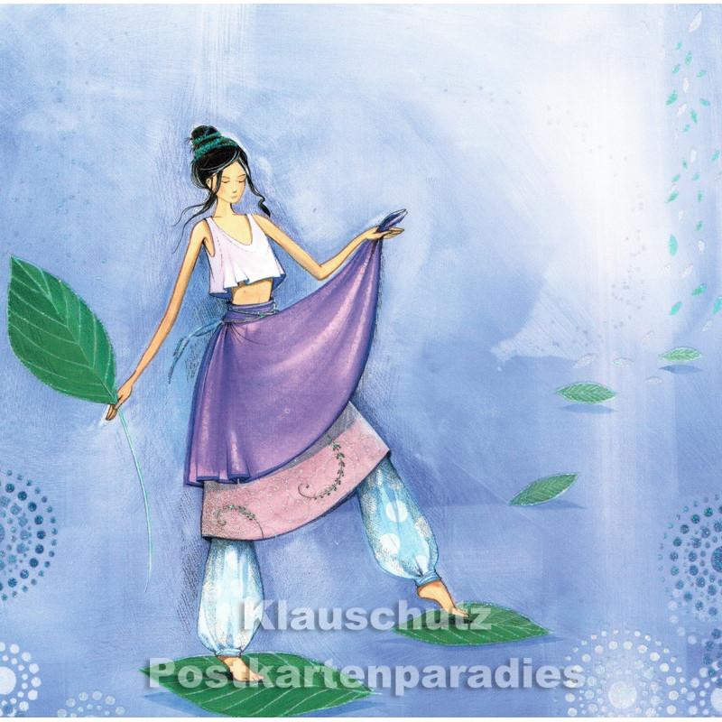 Frau wandelt auf Blättern - quadratische Taurus Postkarte