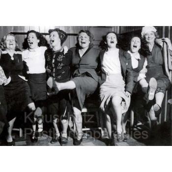 Lustige s/w Fotokarte Postkarte mit tanzenden Frauen