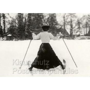 Lustige Weihnachtskarte Postkarte - altes s/w mit Skifahrerin