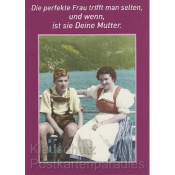 Die perfekte Frau trifft man selten, und wenn, ist sie deine Mutter. Witzige Sprüche Postkarte von Discordia