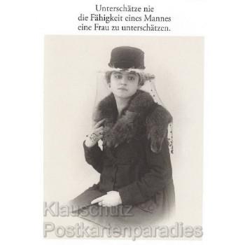 Sprüche Postkarten s/w von Discordia: Unterschätze nie die Fähigkeit eines Mannes eine Frau zu unterschätzen.