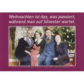 Postkarte - Weihnachten: Weihnachten ist das, was passiert, während man auf Silvester wartet.